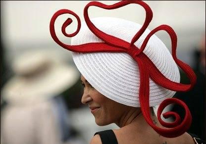 Бывает.  Конечно, потому что шляпка может сделать человека как ярче...